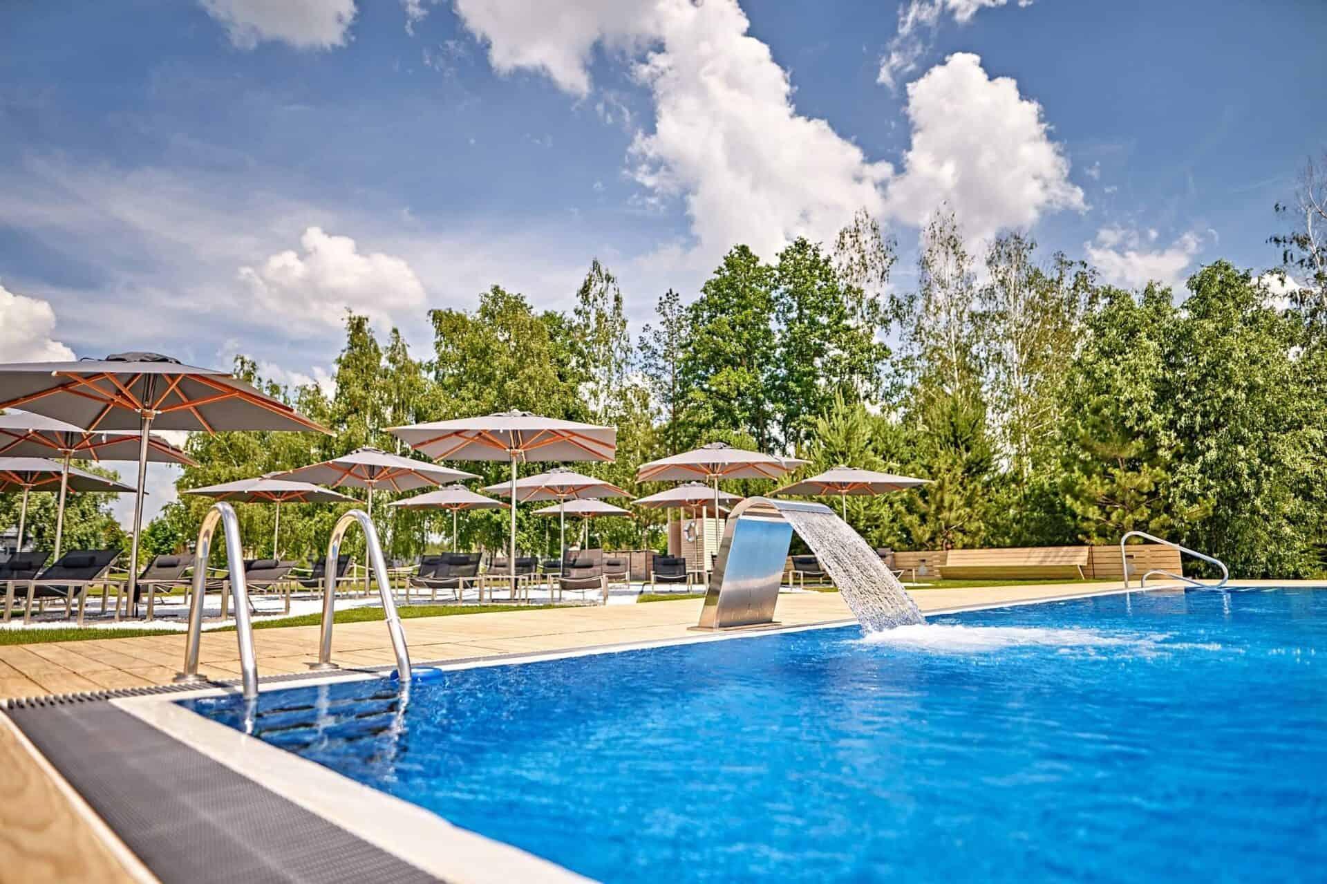 Літній інфініті-басейн